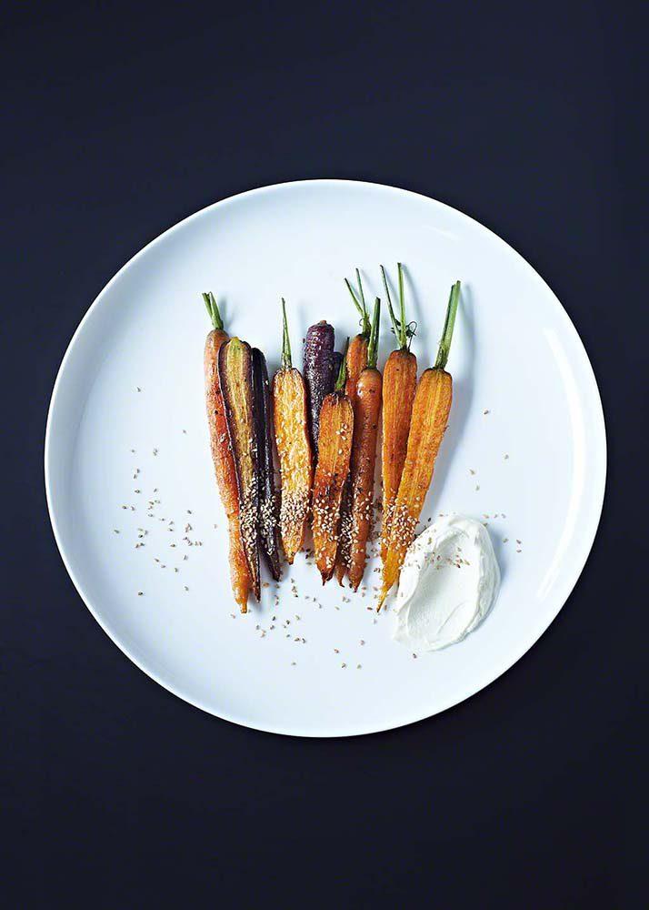 Bunte Karotten mit Sesam Dip auf schwarzem Untergrund - Food Fotograf Köln