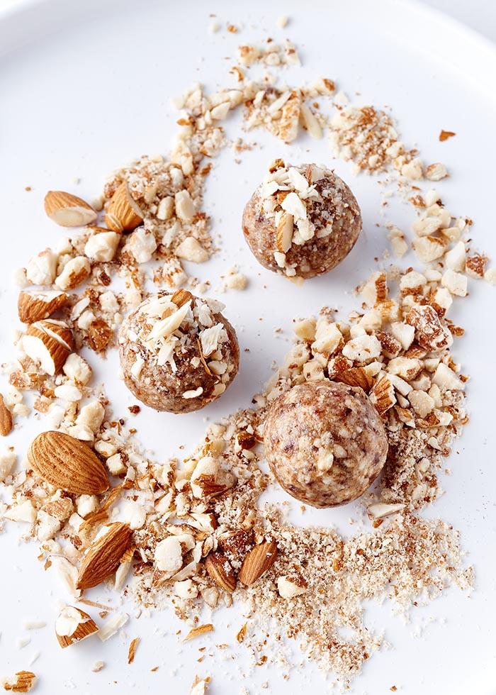 Closeup Energyballs mit Mandeln auf weißem Teller - Foodfotografie
