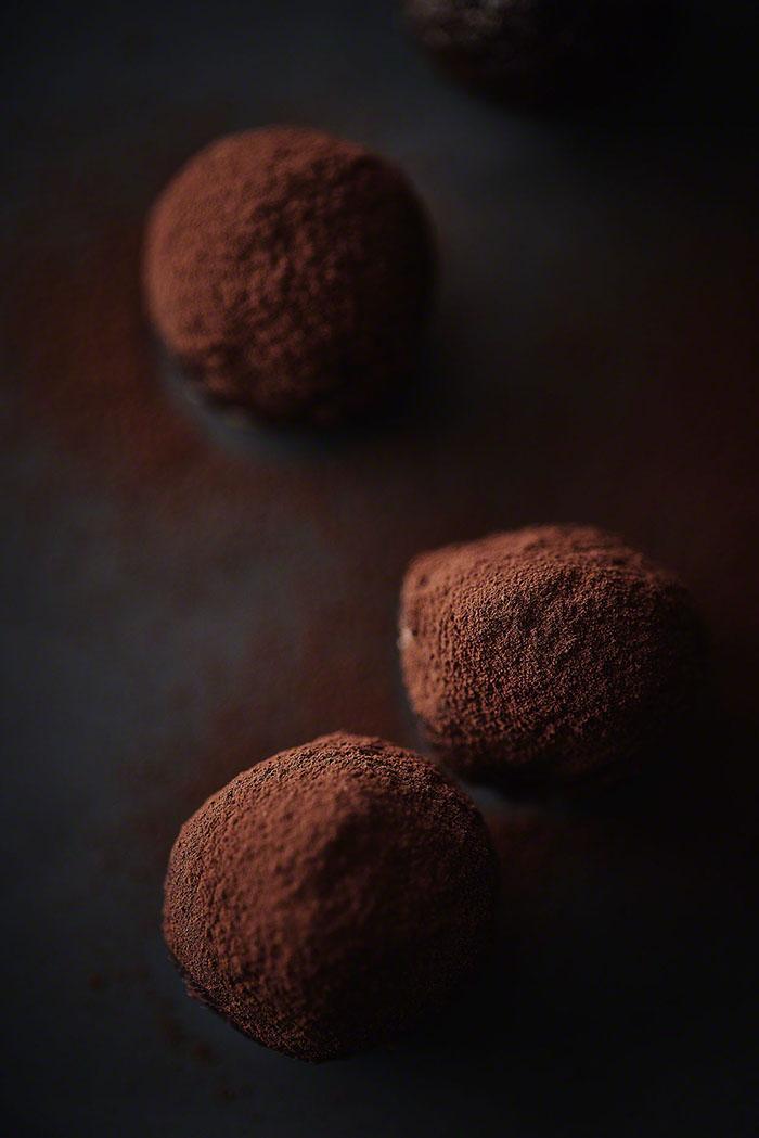 Closeup Schokoladenpralinen mit Kakao bestäubt - Foodfotografie
