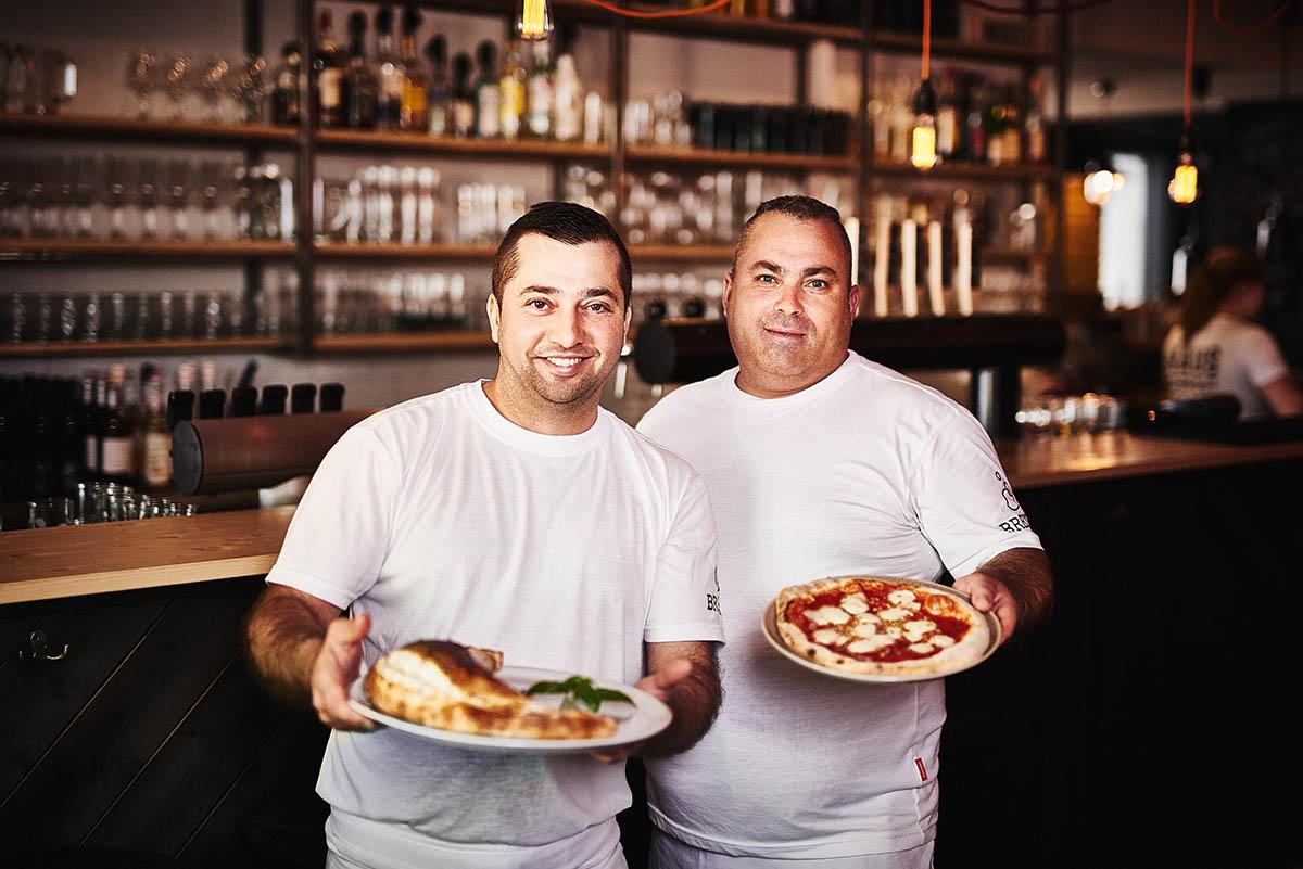 Sympathisches Teamfoto der Pizzabäcker im Brexx Grenzau - Imagefotografie und Storytelling für Unternehmen
