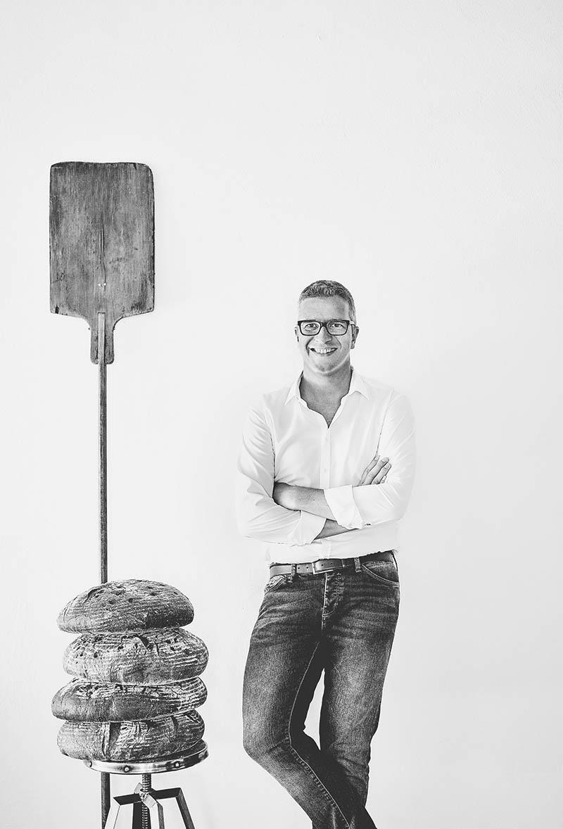 Unkonventionelles Portraitfoto Bäckermeister Foodreportage und Editorial Bäckerei Geisen Der Brotbäcker