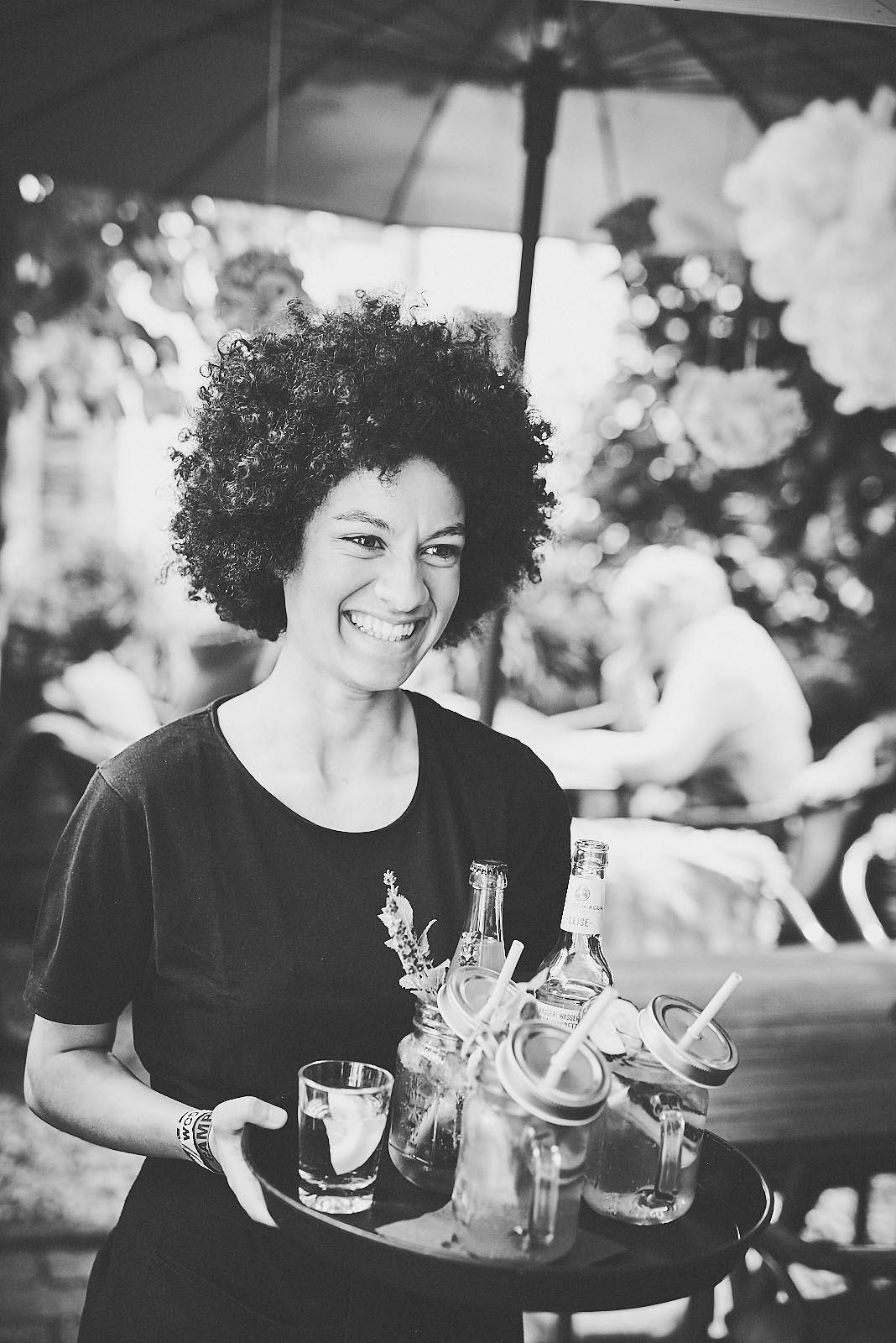 Portraitfoto Kellnerin mit Getränken im Cafe Pfefferminzje in Koblenz - Image-Fotografie von Anna Schneider neon fotografie