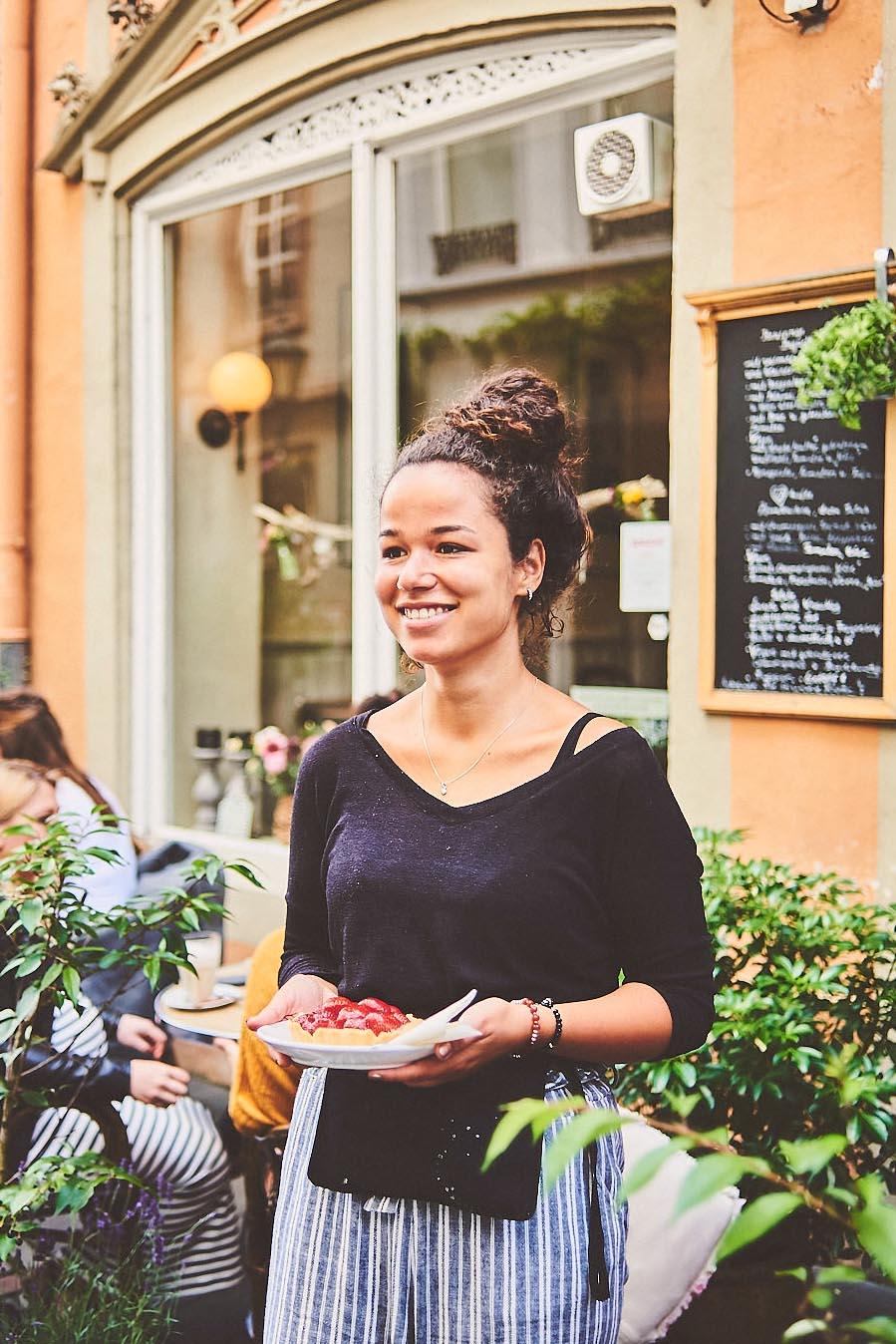 Portraitfoto Kellnerin im Cafe Pfefferminzje in Koblenz it Erdbeer-Törtchen - Porträt-Fotografie von Anna Schneider neon fotografie