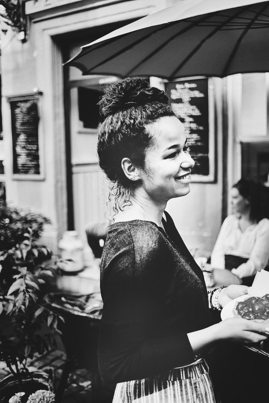 Portraitfoto Kellnerin im Cafe Pfefferminzje in Koblenz - moderne Imagefotografie von Anna Schneider neon fotografie