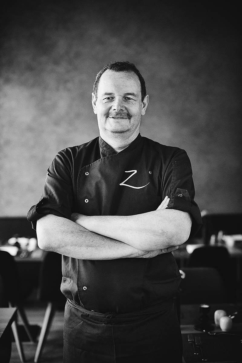 Portraitfoto Küchenchef Chefkoch im Restaurant Z Hotel Zugbrücke Grenzau - Imagefotografie und Storytelling für Unternehmen