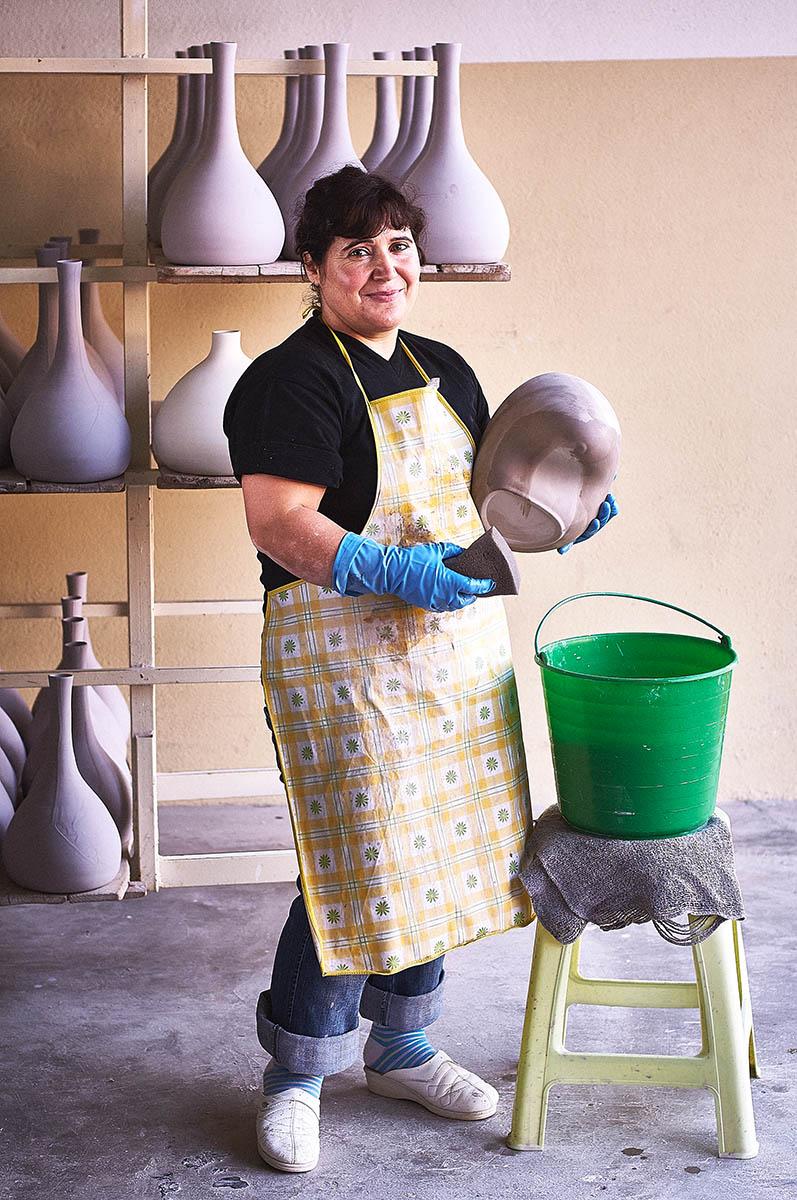 Portrait einer Keramikerin bei der Arbeit Editorial Keramik-Produktion für ASA Selection