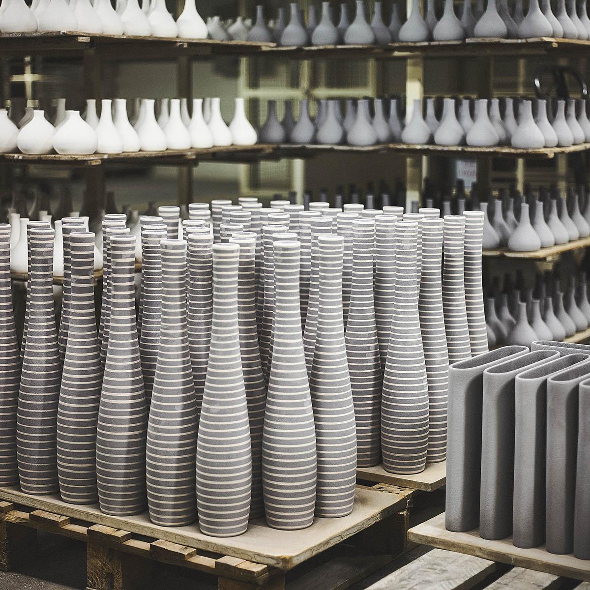 Keramikvasen trocknet in der Wrkstatt Editorial Keramik-Produktion für ASA Selection