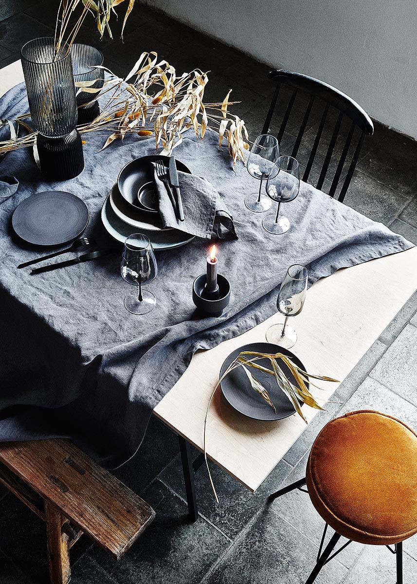 Schwarzes Geschirr und dunkle Tischdeko