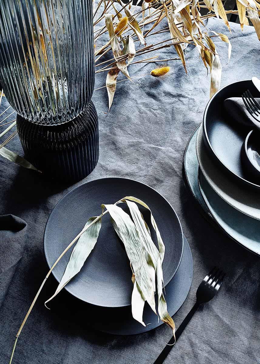 Schwarzes Geschirr und moderne Tischdeko mit Bambus