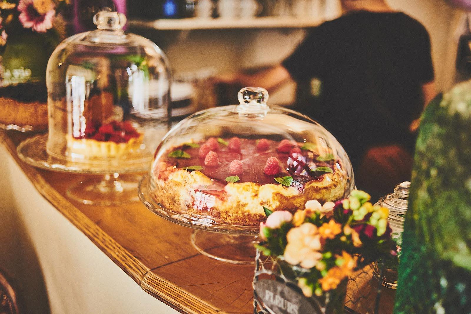 Kuchen unter Glasglocken auf der Theke im Cafe Pfefferminzje in Koblenz - Foodfotografie von Anna Schneider neon fotografie