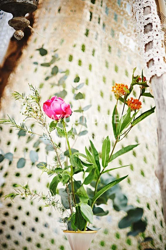 Blumenstrauß im selbstgebauten Zelt aus Spitze - Stockfotografie