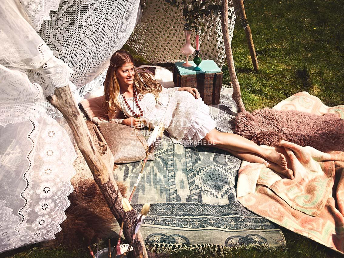 Hippie-Mädchen im selbstgebauten Tipi aus Spitze - Stock-Fotografie