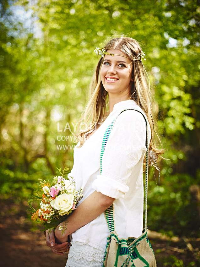 Hippie-Mädchen mit wunderschönem Blumenstrauß auf dem Weg zur Sommer-Party - Stock-Fotografie