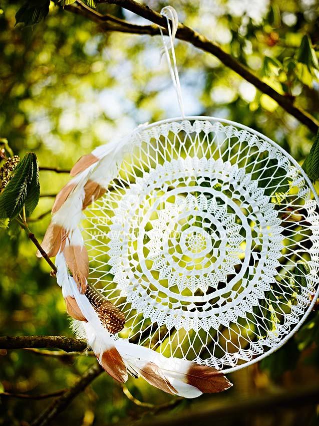 Sommer-Party Deko für den Garten mit selbstgemachten Traumfängern aus Spitze und Federn.