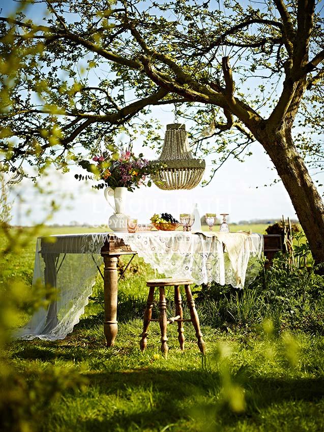 Stockfotos Garten für Somer-Party dekorieren mit Blumen und selbstgemachten Traumfängern aus Spitze