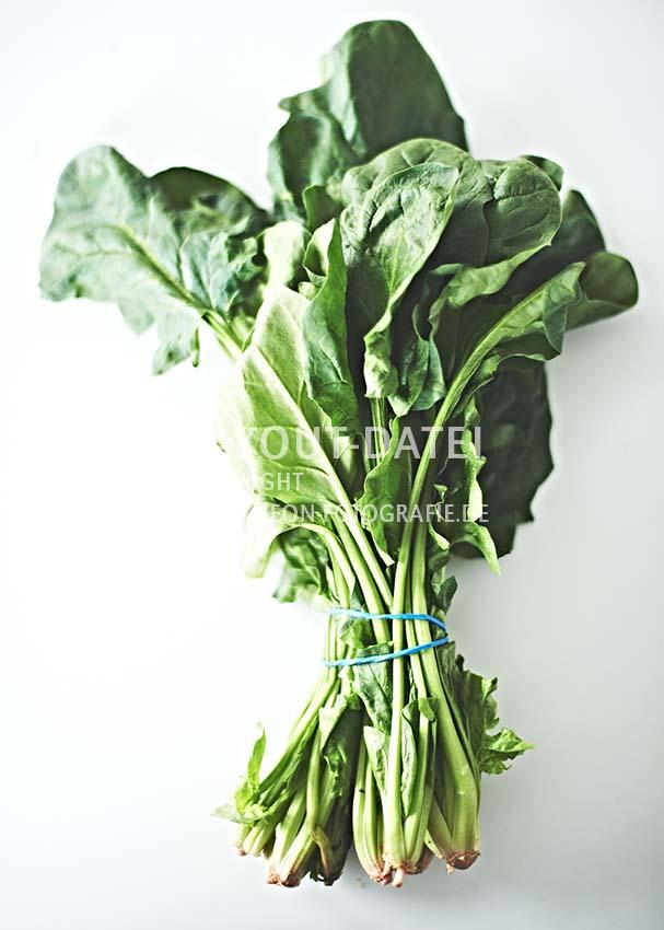 bund-frischer-blatt-spinat-auf-weiss-gemuese-moderne-food-stockfotografie-neon