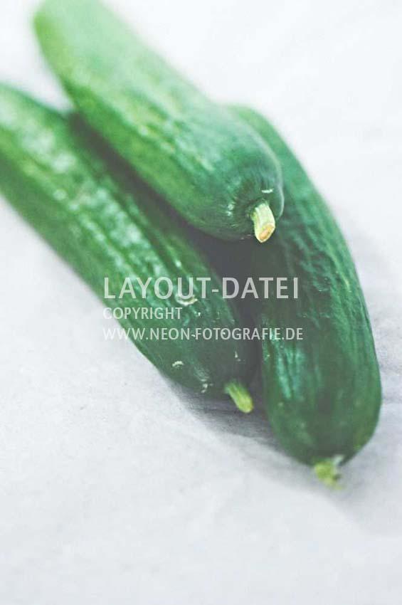 closeup-salat-gurken-auf-papier-natuerliche-moderne-food-stockfotografie-neon
