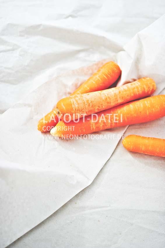 moehren-karotten-auf-packpapier-freiraum-gemuese-moderne-food-stockfotografie-neon