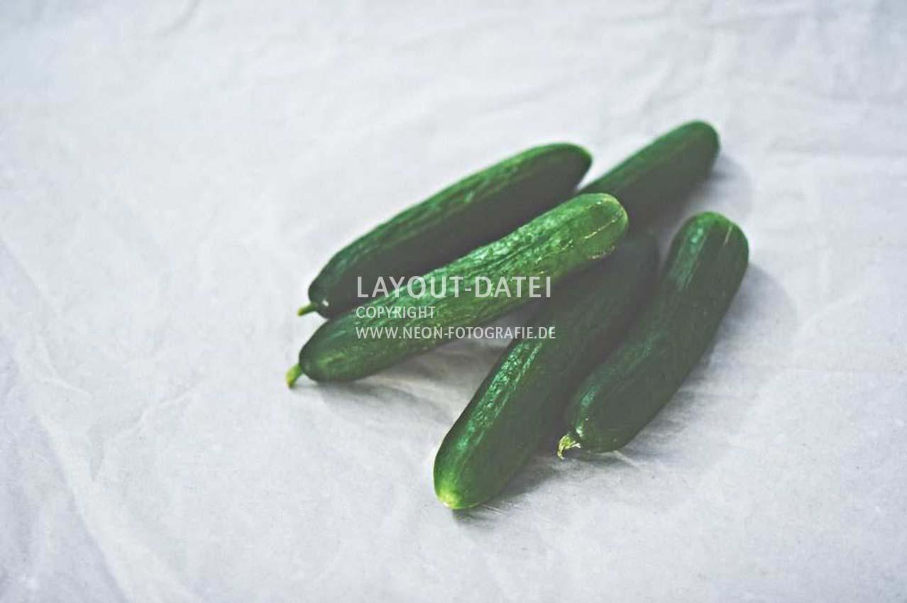 salatgurken-auf-papier-freiraum-natuerliche-moderne-food-stockfotografie-neon