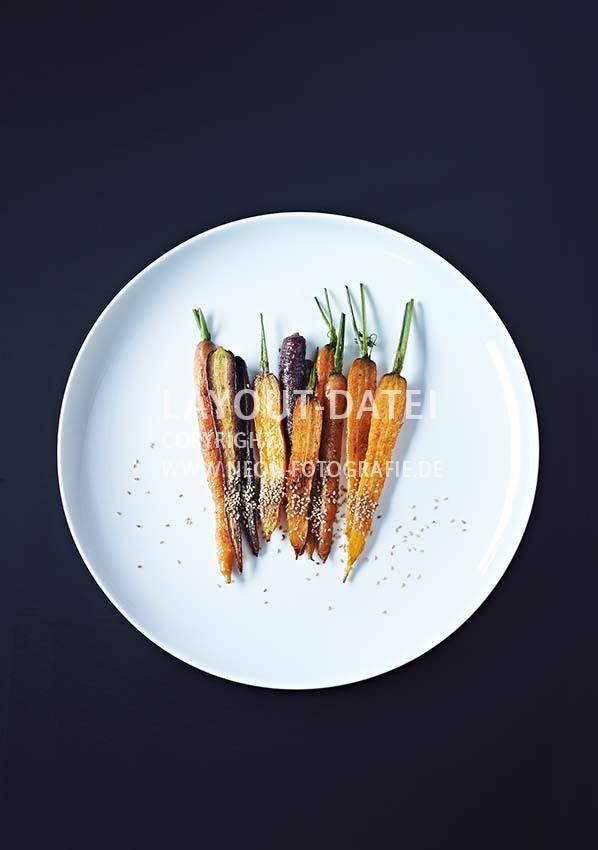 Food-Fotografie Bunte Möhren mit Sesam auf weißem Teller tabletop - Stock-Fotografie