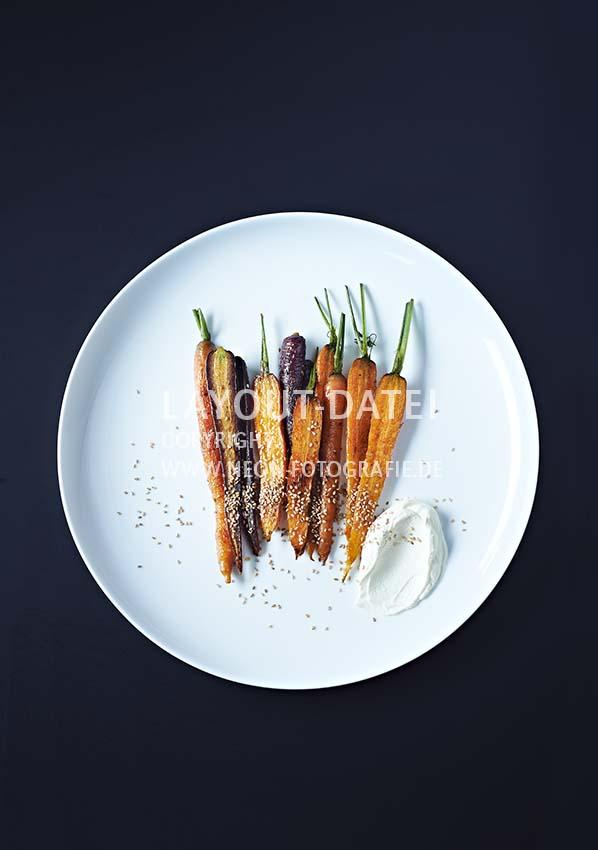 Food-Fotografie Bunte Möhren mit Sesam und Dip auf weißem Teller tabletop - Stock-Fotografie