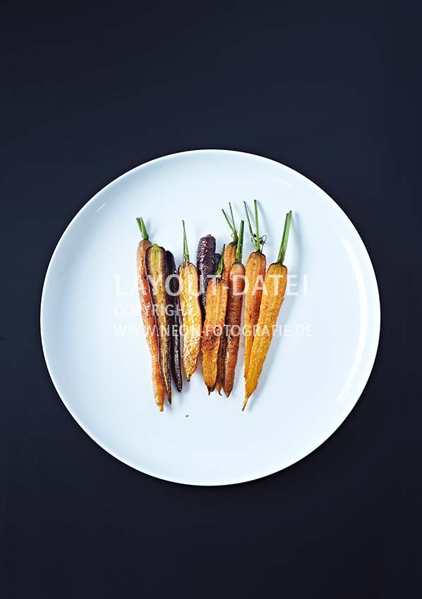 Food-Fotografie Bunte Möhren auf weißem Teller tabletop - Stock-Fotografie