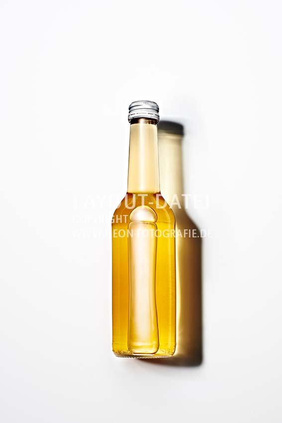 Flasche Holunderblüten-Sirup auf weißem Untergrund mit Schatten Stockfotografie