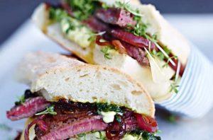 Leckeres Steak-Sandwich mit Balsamico-Zwiebeln und Pesto