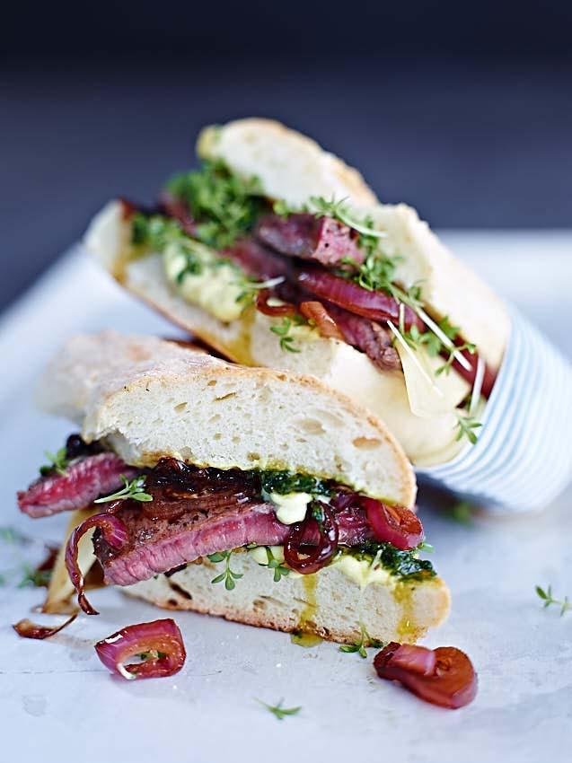 Leckeres Steak Sandwiches mit Balsamico-Zwiebeln und Pesto