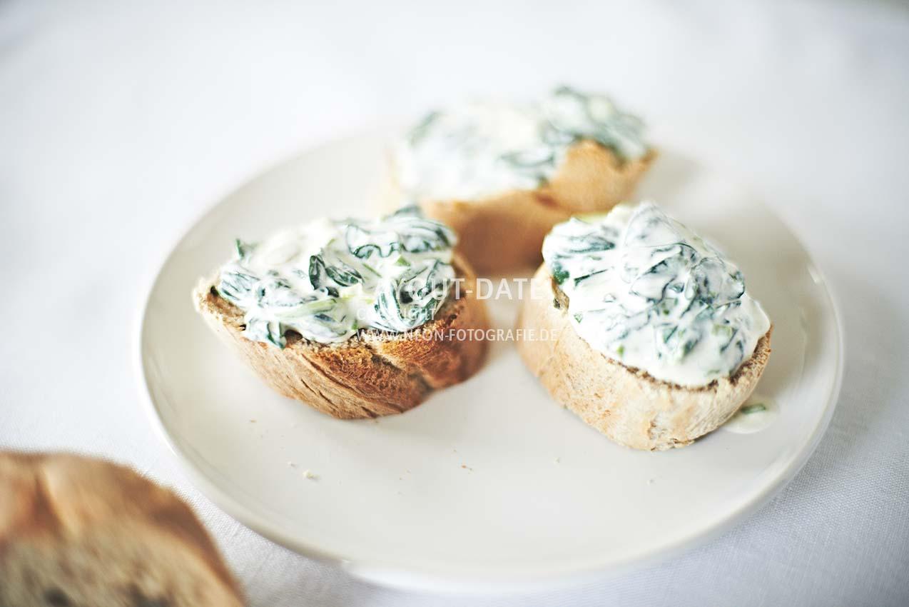 stockfotografie-spinat - brotaufstrich-crostini-spinat-creme-dip-helle-moderne-foodfotografie-weiss-neon-fotografie.jpg