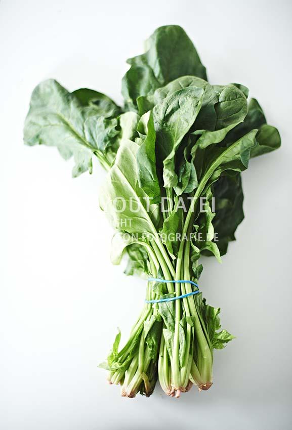 stockfotografie-spinat - bund-frischer-blattspinat-moderne-foodfotografie-neon-fotografie.jpg