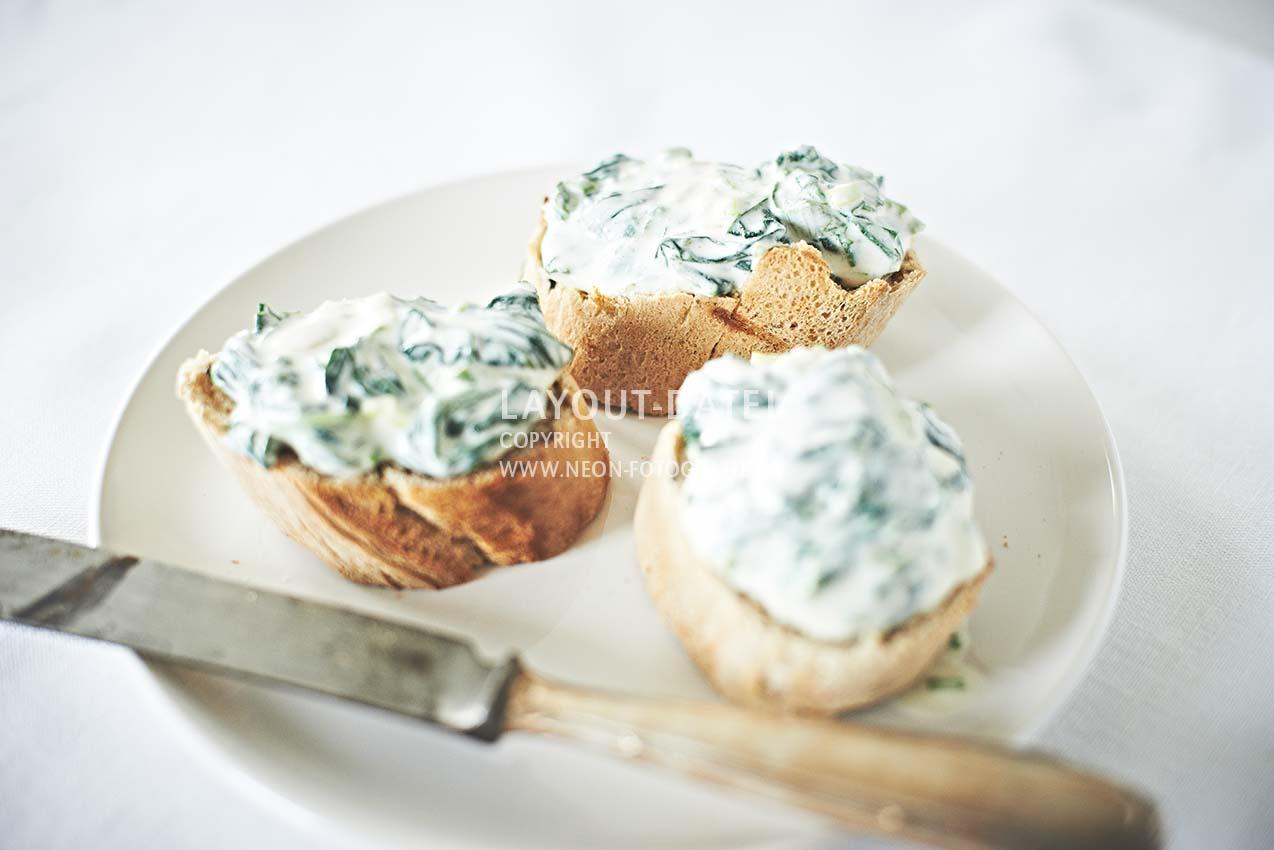stockfotografie-spinat - crostini-baguettes-spinatcreme-dip-helle-moderne-foodfotografie-weiss-tabletop-neon-fotografie.jpg
