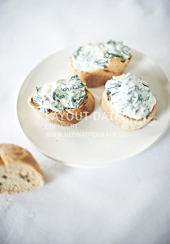 stockfotografie-spinat - crostini-brotaufstrich-spinat-creme-dip-helle-moderne-foodfotografie-weiss-neon-fotografie.jpg