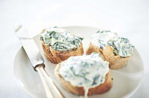 stockfotografie-spinat - crostini-spinat-creme-dip-helle-moderne-foodfotografie-weiss-soft-focus-neon-fotografie.jpg