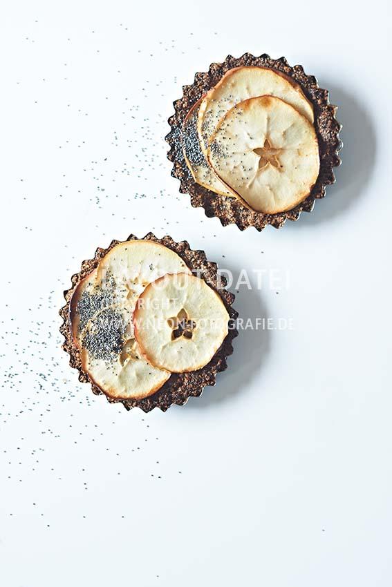 Food-Fotografie vegane Apfel-Küchlein auf weißem Untergrund
