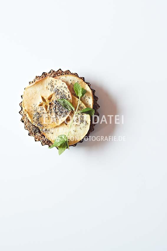 Food-Fotografie veganes Apfel-Küchlein mit Minze auf weißem Untergrund