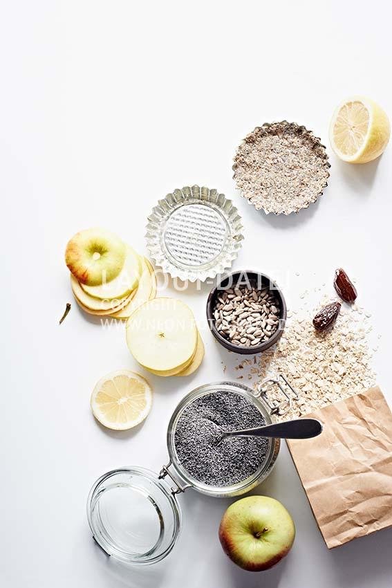 Zutaten für vegane Apfel Tartes auf weißem Untergrund Flatlay tabletop