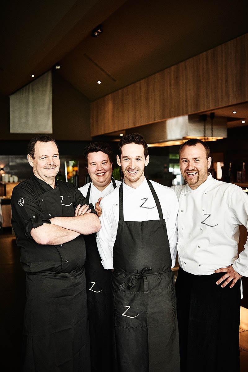 Sympathische Mitarbeiter-Fotografie vom Küchenteam des Hotel Zugbrücke Grenzau - Imagefotografie und Storytelling für Unternehmen