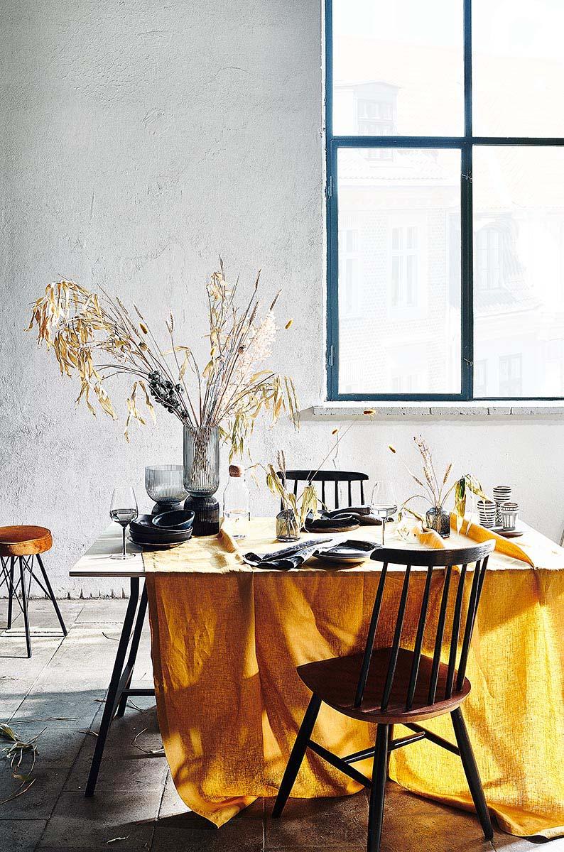 Tischdeko gelb schwarz im Industrieloft Interior