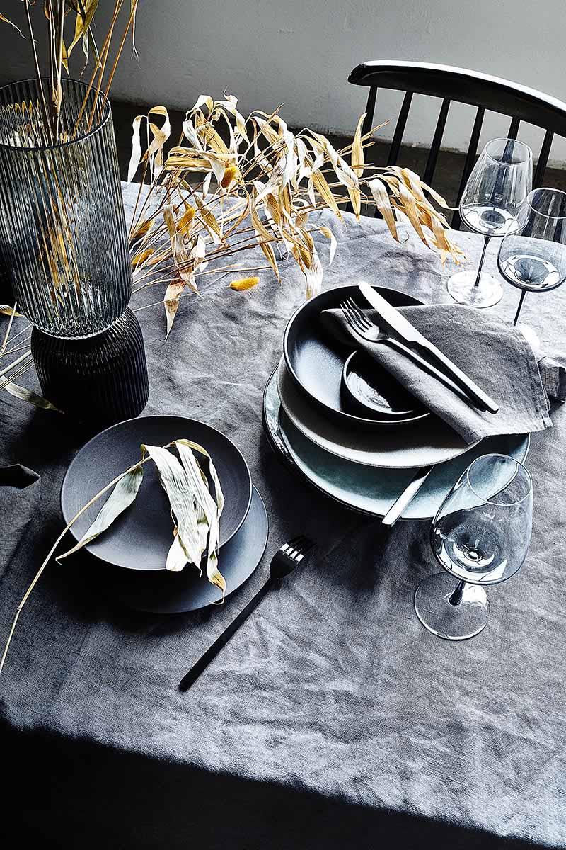 Skandinavische Tischdeko schwarz im Industrieloft