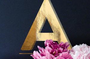 A - Goldenes Alphabet auf schwarzem Hintergrund mit Pfingstrosen Typo-Poster