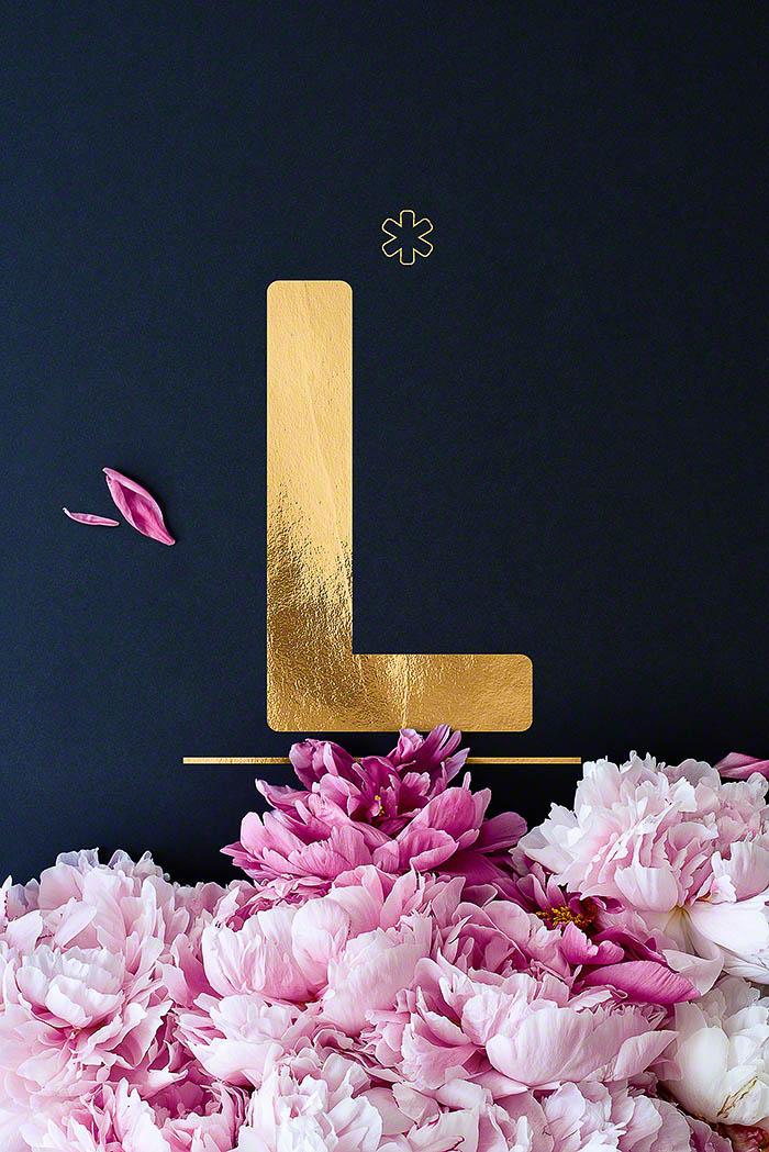 L - Goldenes Alphabet auf schwarzem Hintergrund mit Pfingstrosen