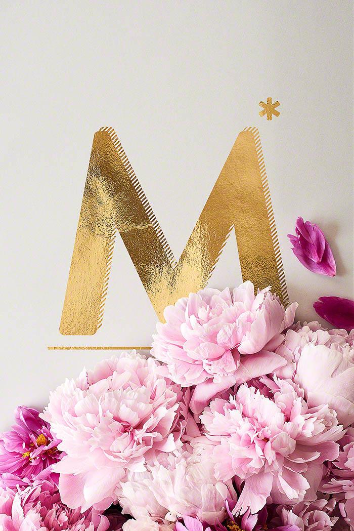 M - Goldenes Alphabet auf schwarzem Hintergrund mit Pfingstrosen
