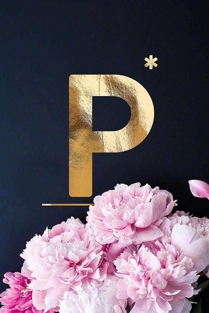 P - Goldenes Alphabet auf schwarzem Hintergrund mit Pfingstrosen