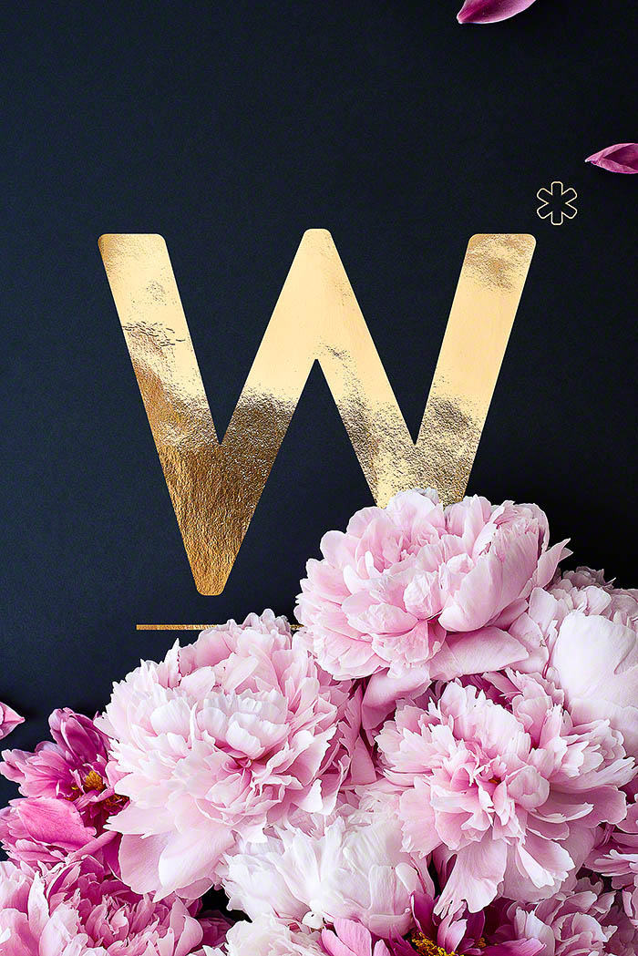 W - Goldenes Alphabet auf schwarzem Hintergrund mit Pfingstrosen