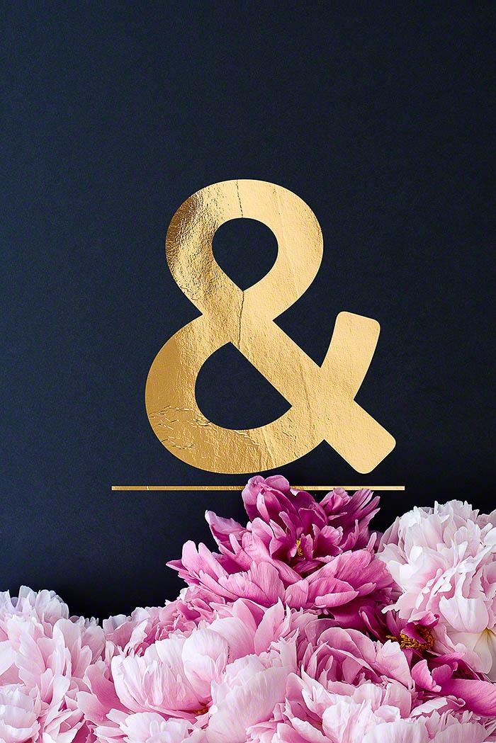 Ampersand - Goldenes Alphabet auf schwarzem Hintergrund mit Pfingstrosen